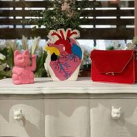 💞Demasiado corazón 💞  Ese Gatete de la suerte en rosa chicle atrae especialmente el amor verdadero 💘   Del bolso rojo ya os comentaré más por stories ❤️🔥  #luckycat #florerocorazon #corazonanatomico #bolsorojo #gatetes #srtanaif #salamanca
