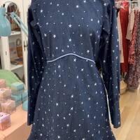 Para hoy, vestido vaquero con estrellas bordadas. Vestido para brillar ⭐️   #timetoshine #vestidovaquero #janis #estrellas #hechoenespaña #pequeñocomercio #enviogratuito