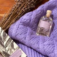 Verbena 💜  Hemos traído el campo en pequeños botes de cristal! Esto hay que olerlo!   Cinco aromas naturales: manzanilla, romero, menta, verbena y lavanda .   Esos olores a nosotras nos transportan a la infancia. He disfrutado mucho olfateando cada vela y mikado con Mery recordando a Lala, los veranos en el pueblo, las cosas de antes, lo bueno de verdad ☺️  #cozysunday #otoño #lila #novedades #mikado #hierbasnaturales #limonverbena #marialuiza #pueblitos #campo #recuerdos