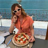 Quien pudiera estar comiendo donde quiera que esté @fraferragni 🙈😀❤️ No me digas que no!  Lo que nosotras sí tenemos es un mono coral como el suyo 😌😎✌️   #monomonerrimo #coral #mar #caracolas #ganasdeestrenar #comerciolocal #hechoenespaña🇪🇸 #fraferragni #outfit
